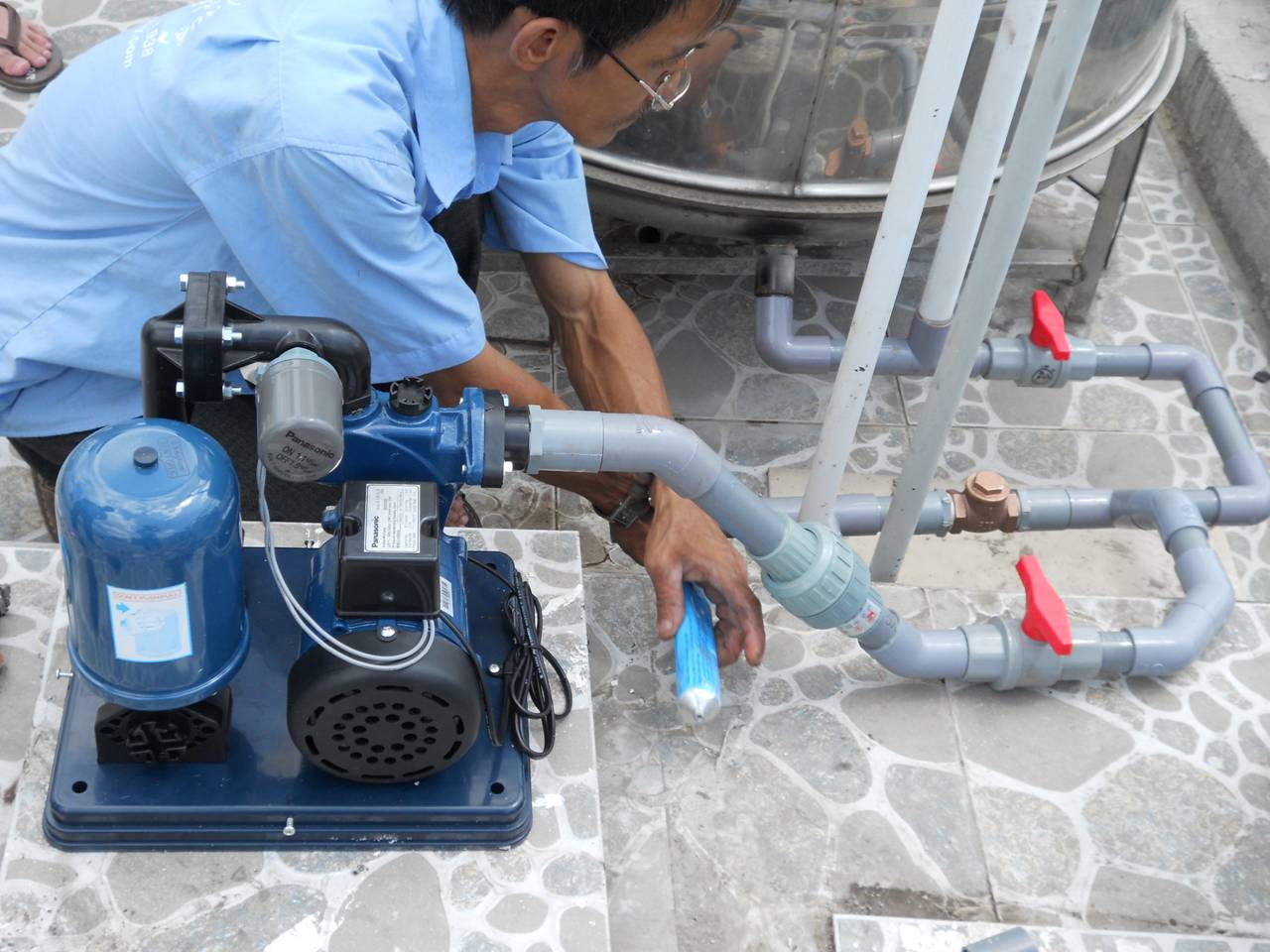 Lắp đặt máy bơm nước ở vị trí gần giếng nước